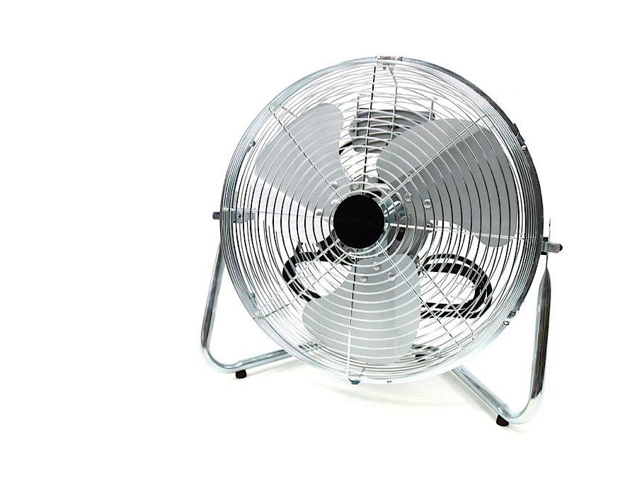 涼しく過ごそう!夏キャンプの暑さ対策,扇風機を使用する