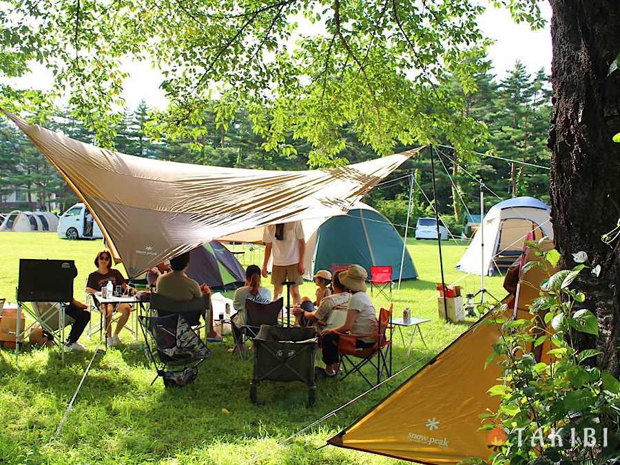 涼しく過ごそう!夏キャンプの暑さ対策,タープの下にテントを張る